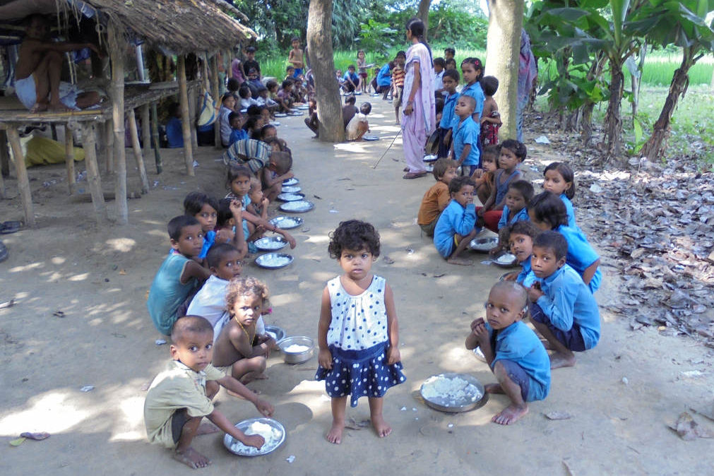 One of the primary schools that was visited during the research project. Due to the lack of a proper building the children have to eat their mid-day meal in the open air.